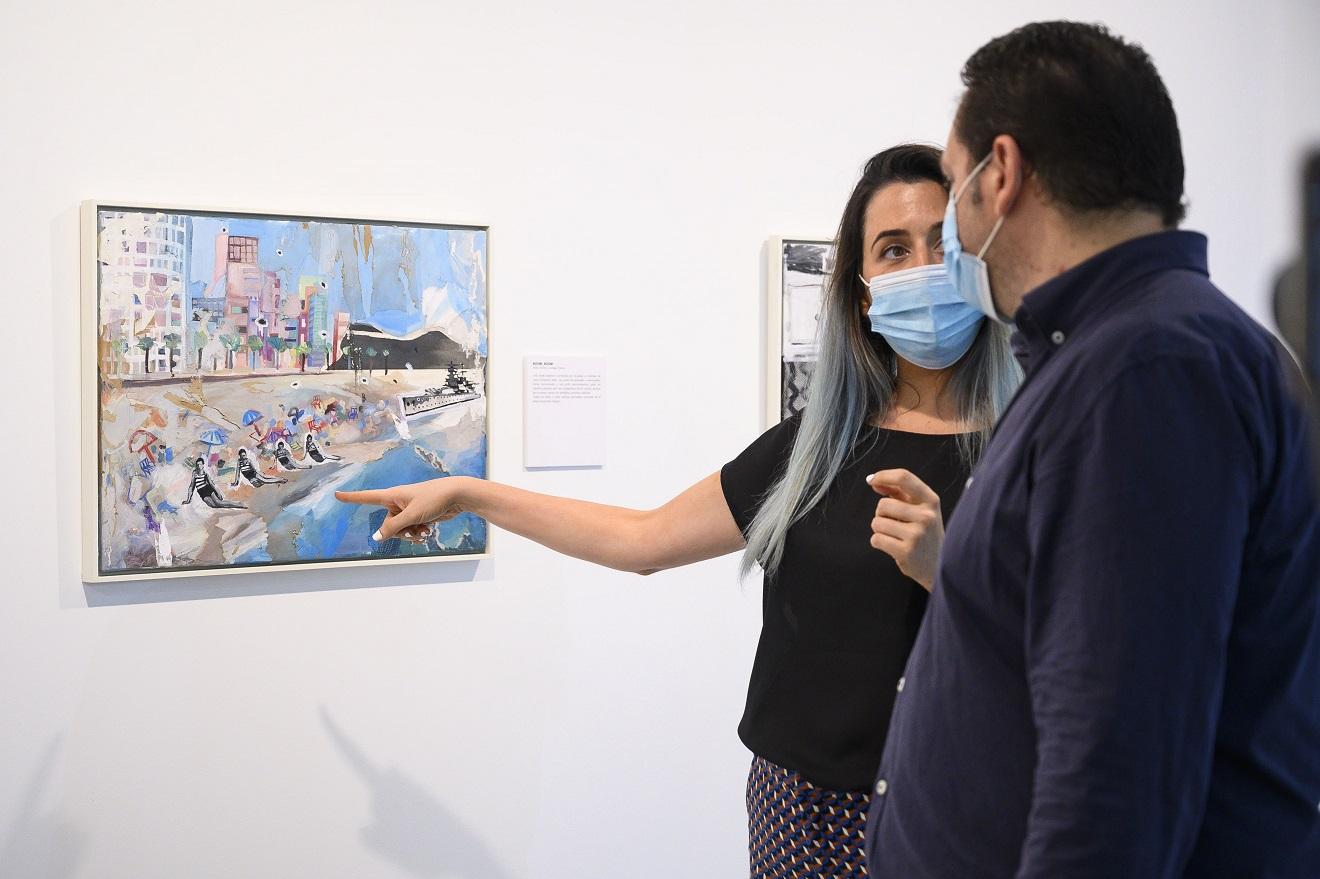 'Azules y rojos' Elvira Martos inaugura su exposición sobre el diálogo