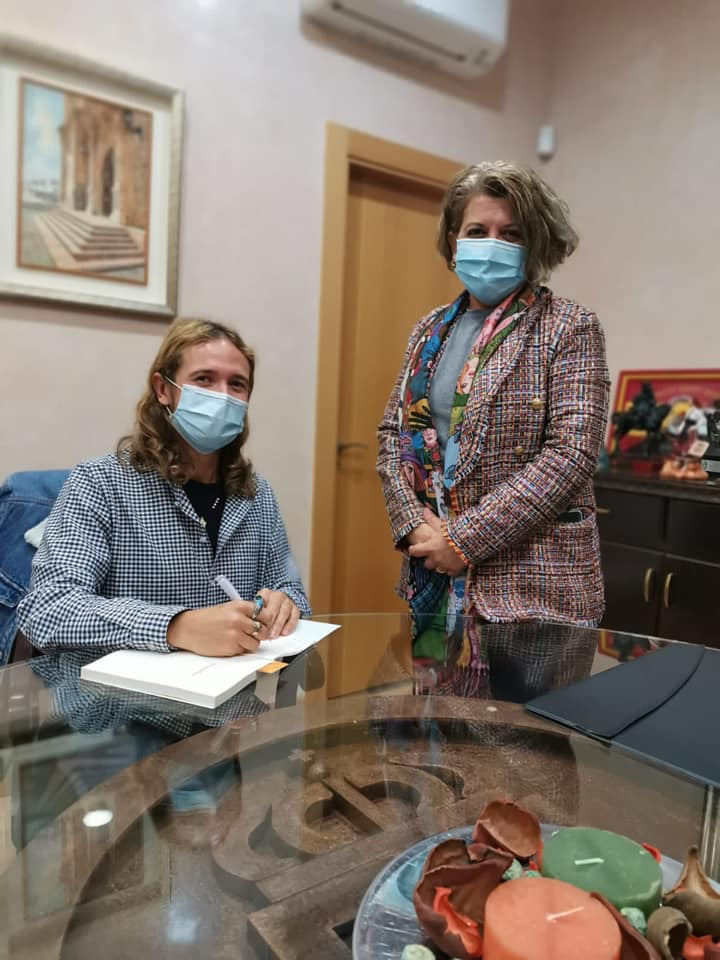 El Ayuntamiento de Gádor recibe la dedicatoria en el libro 'Africamorfosis' de su autor Paco Lucas Góngora