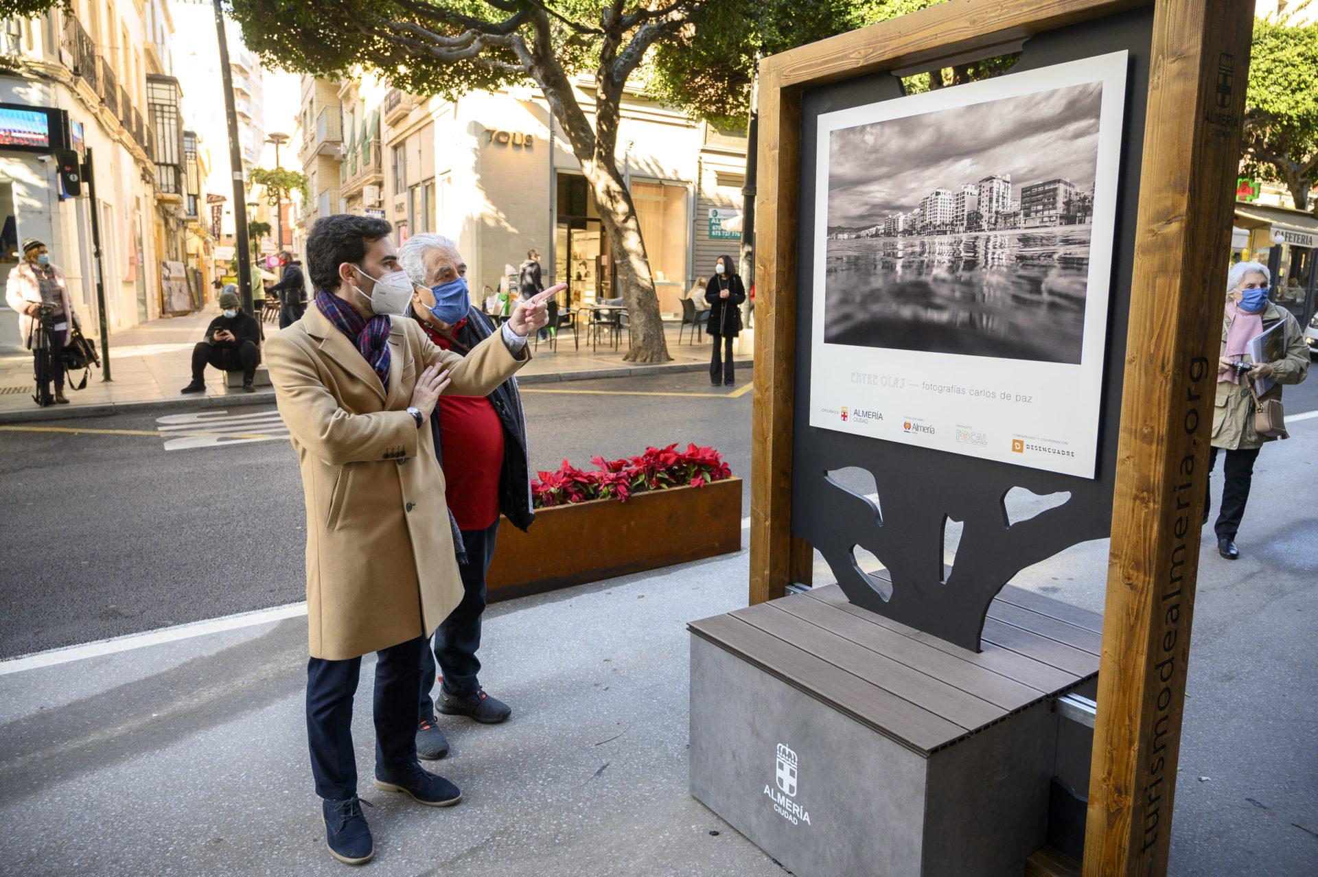 'Entre Olas', de Carlos de Paz, primera exposición de FOCAL en el carril saludable del Paseo de Almería