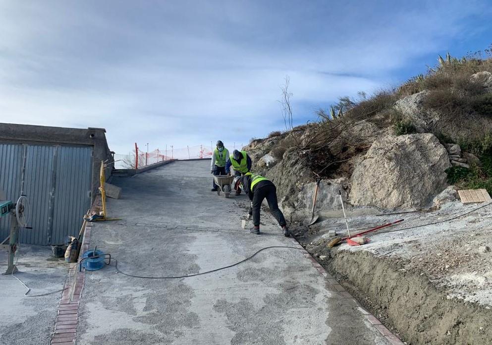 Diputación mejora la seguridad vial de la barriada de Cela y la accesibilidad de la Piscina Municipal de Lúcar