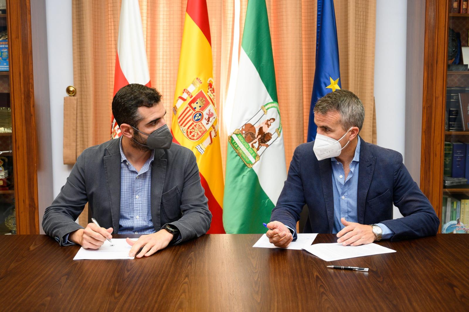 El alcalde firma el contrato para la remodelación de la Plaza de la Administración Vieja y su entorno con una inversión de casi un millón de euros