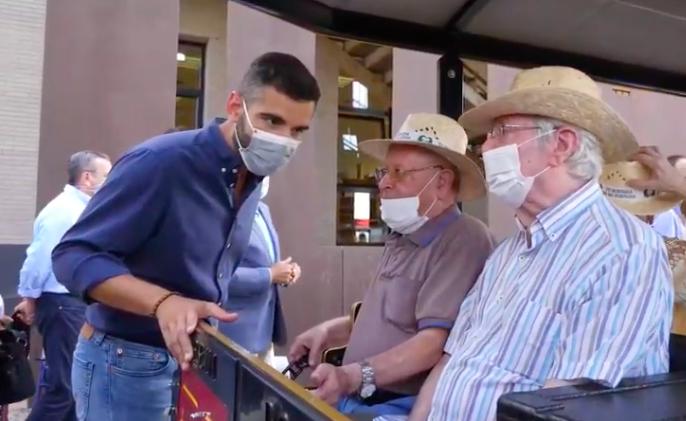 El alcalde elogia la resistencia frente a la pandemia de los mayores de El Zapillo, con los que ha compartido paseo en el tren turístico