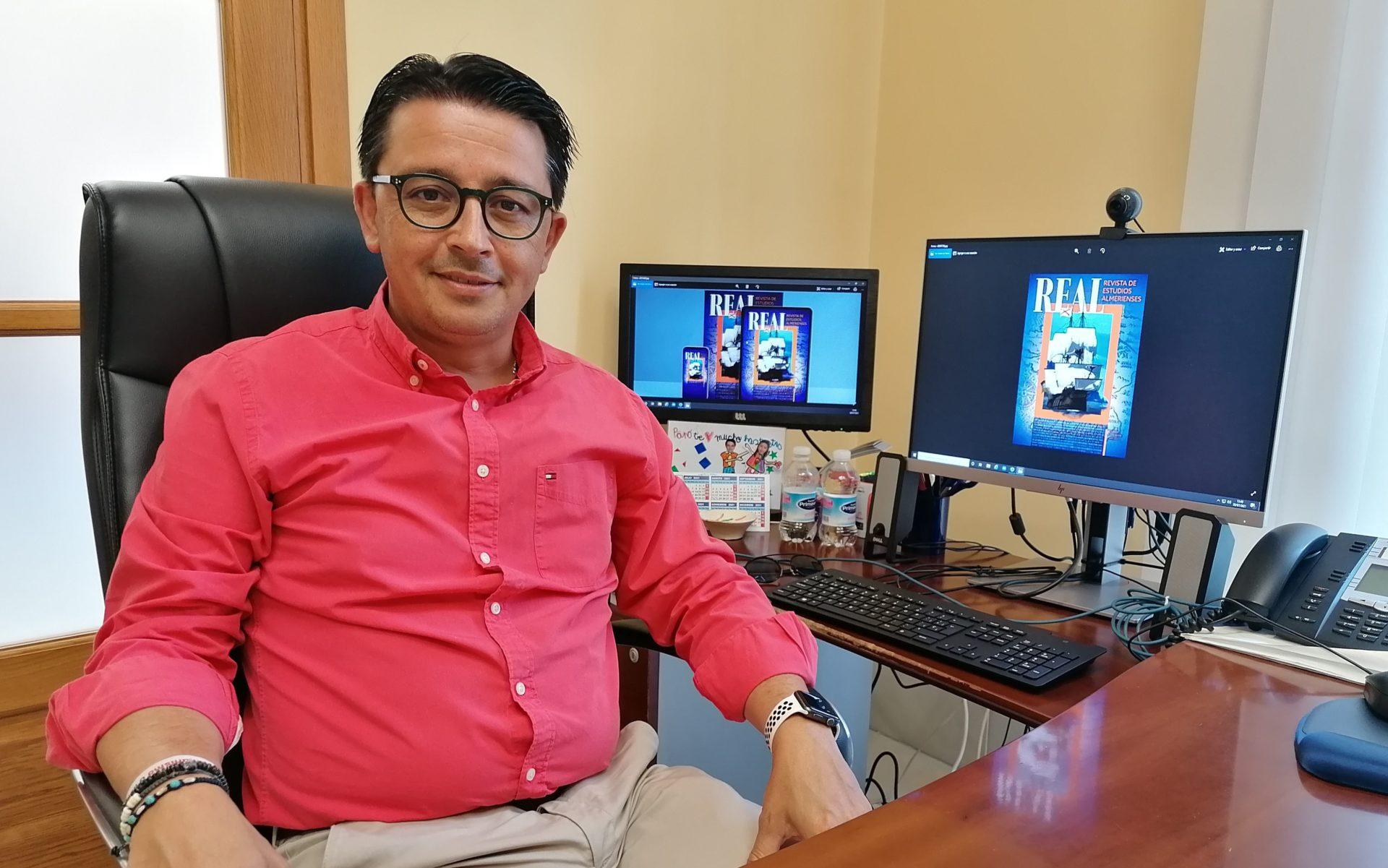 Manuel Guzmán con la portada de la REAL del IEA