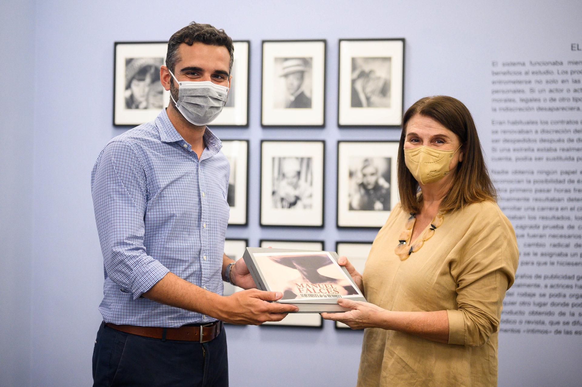El alcalde recibe el libro sobre Manuel Falces de manos de su viuda y editora, Matilde Sánchez