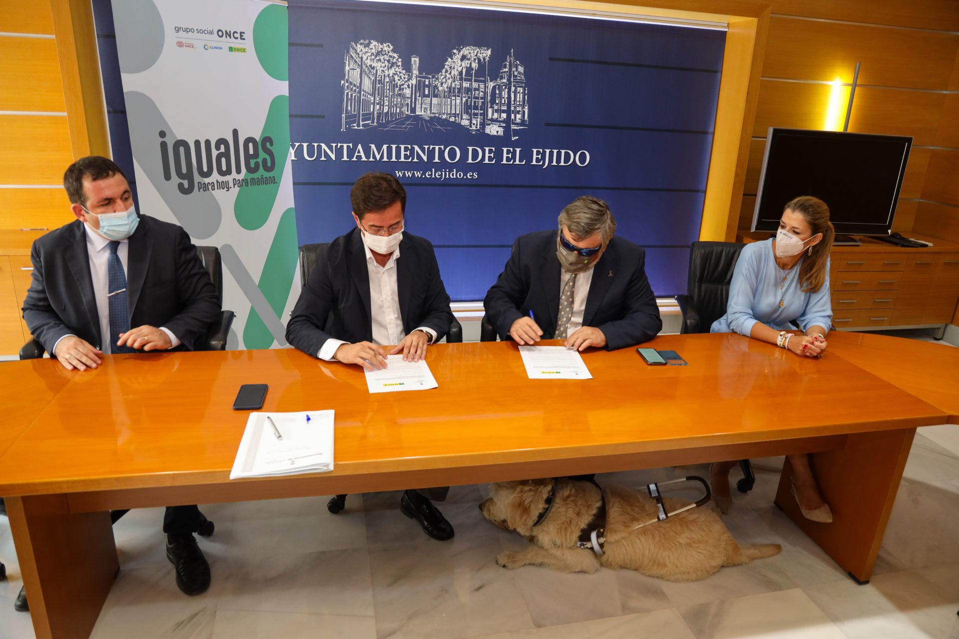 El Ayuntamiento de El Ejido y ONCE firman un convenio para la promoción y difusión de proyectos de atención a personas con discapacidad