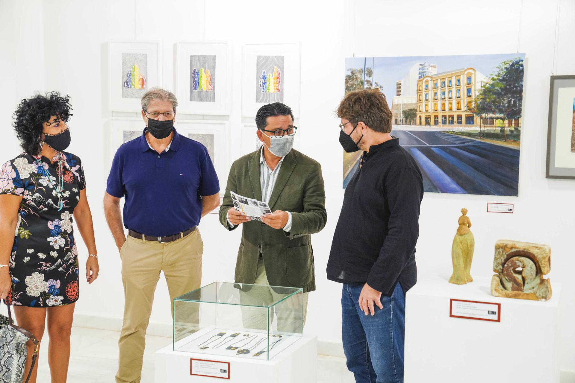 El diputado de Cultura y Cine Manuel Guzmán presenta exposición de artesanía en la Galería Alfareros