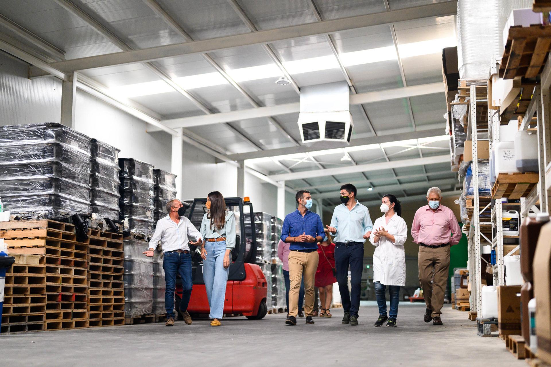 """El alcalde destaca el """"valor añadido"""" al agro que aportan empresas almerienses como Viagro, """"referente"""" nacional en la industria auxiliar"""